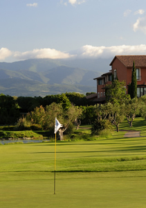 th hole on peralada golf with view to hotel